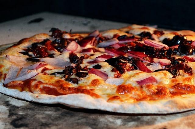 Allumage d'un four au feu de bois pour les pizzas