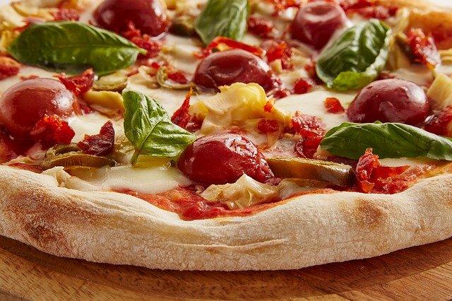La cuisson d'une pizza faite maison