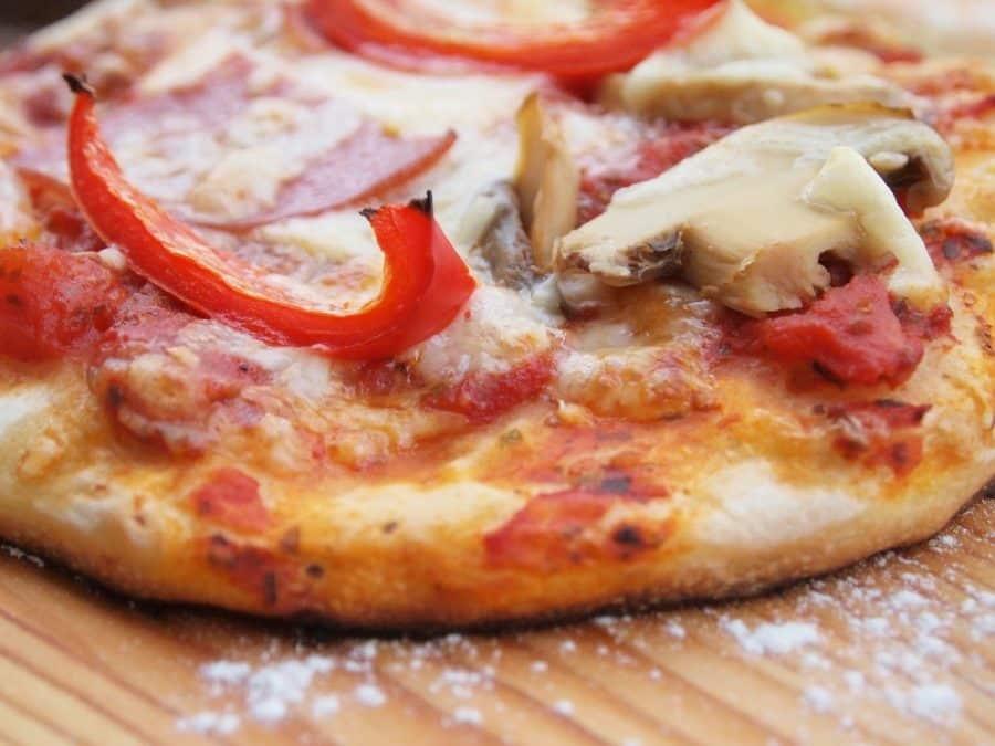 Comment faire une pizza jambon champignons ?