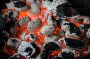 Allumer rapidement un barbecue au charbon