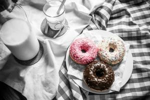 3 donuts et un verre de lait