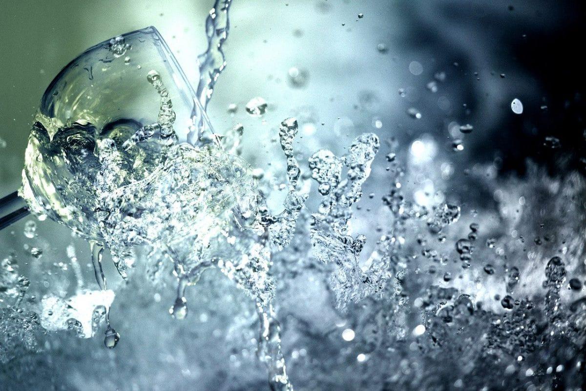 Un verre et de l'eau