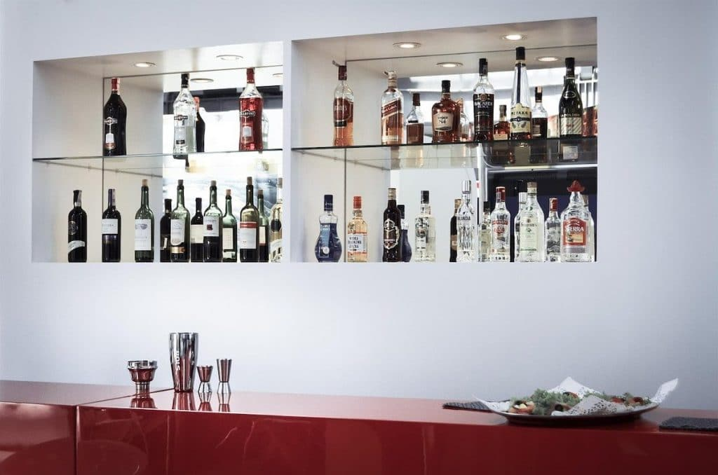 Meuble bar moderne blanc et rouge