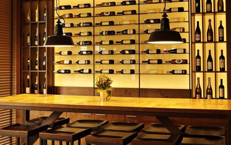 Un meuble bar avec des bouteilles de vin