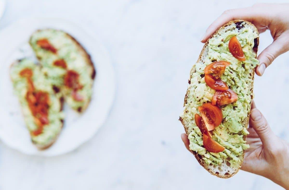 Toast à la crème d'avocat et aux tomates