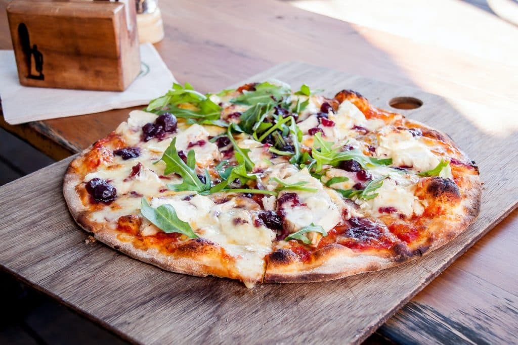 Pizza cuite sur pierre réfractaire