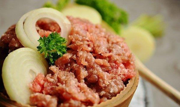 Assaisonner de la viande hachée