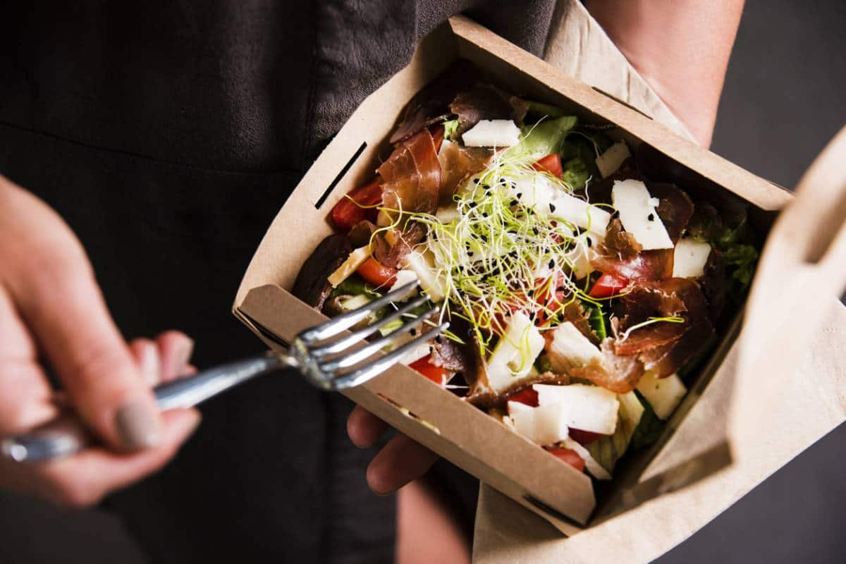 Nourriture dans une boite en carton
