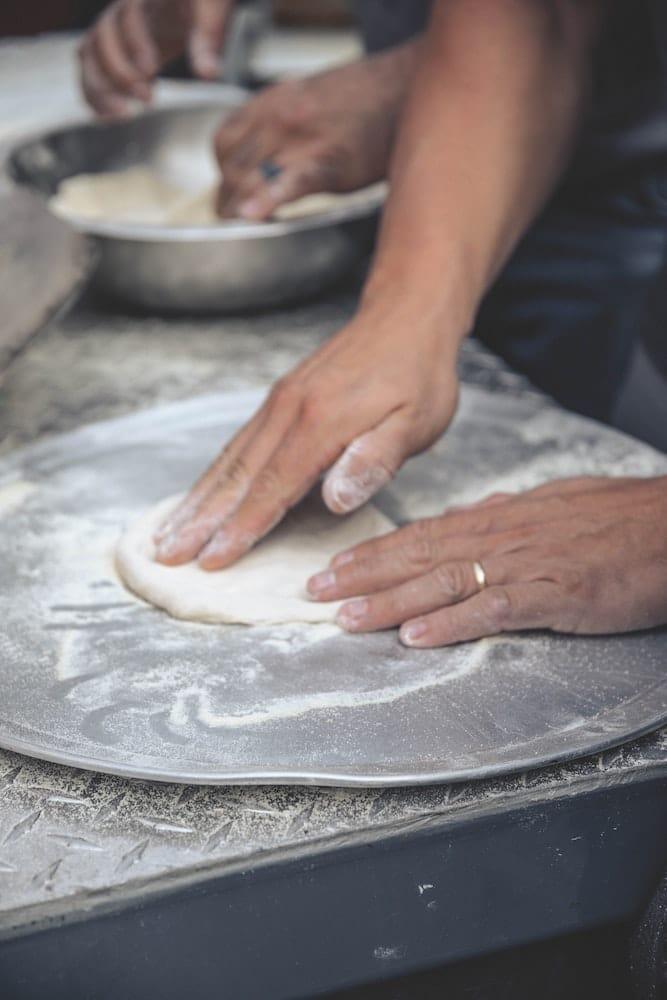 Étaler une pâte à pizza à l'avance