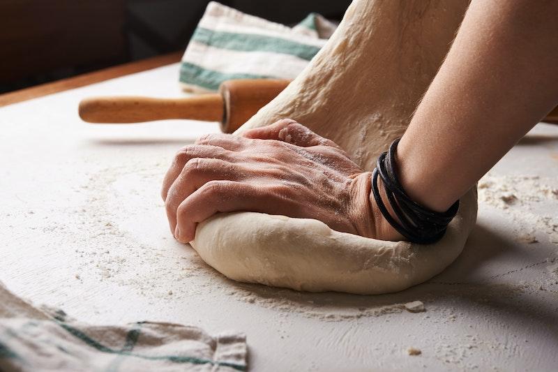 Préparation d'une boule de pâte à pizza