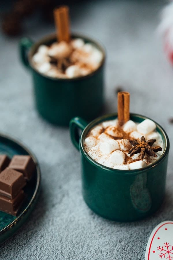 Chocolat chaud et baton de cannelle