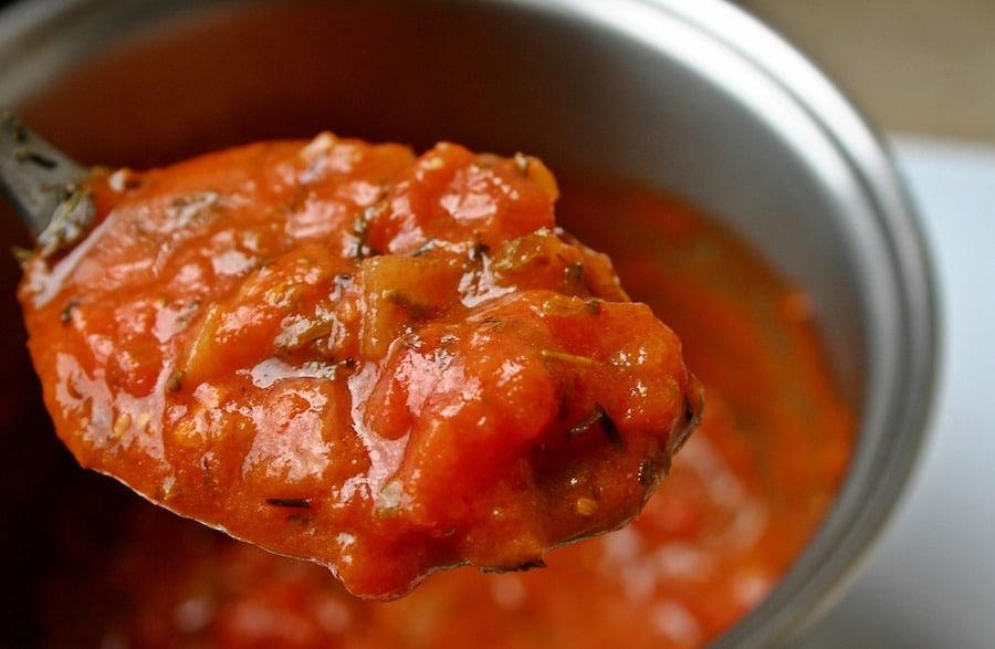 Préparation de la sauce tomate pour pizzas